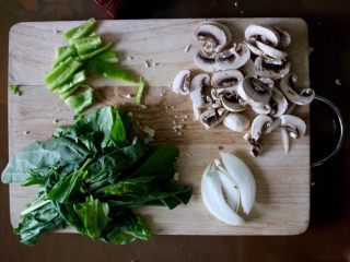 健康低热量披萨,把想要赢得才准备好,我用了菠菜,蘑菇,洋葱和绿辣椒