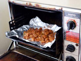 健康低热量披萨,跑的时候,把鸡胸肉放在200度的烤箱烤10分钟,考完拿出来放一边