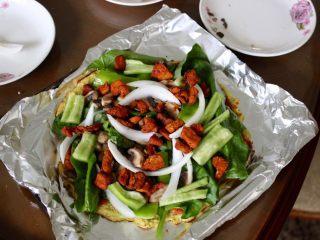健康低热量披萨,加上菜和鸡胸肉,在烤箱里烤十分钟