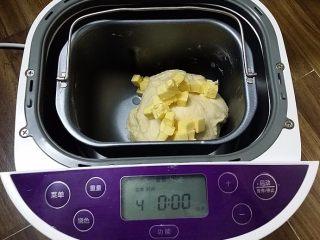 日式甜面包-中种法,结束后加入软化的黄油粒,再揉面一次