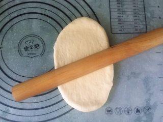 日式甜面包-中种法,取一面团擀成长舌形