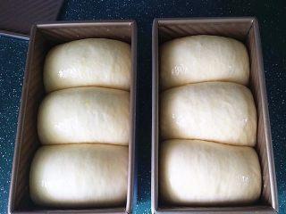日式甜面包-中种法,发酵至8~9分满,取出刷层全蛋液