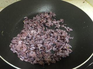 有颜值的蛋炒饭,放少量油,先小火炒饭,炒鸡蛋