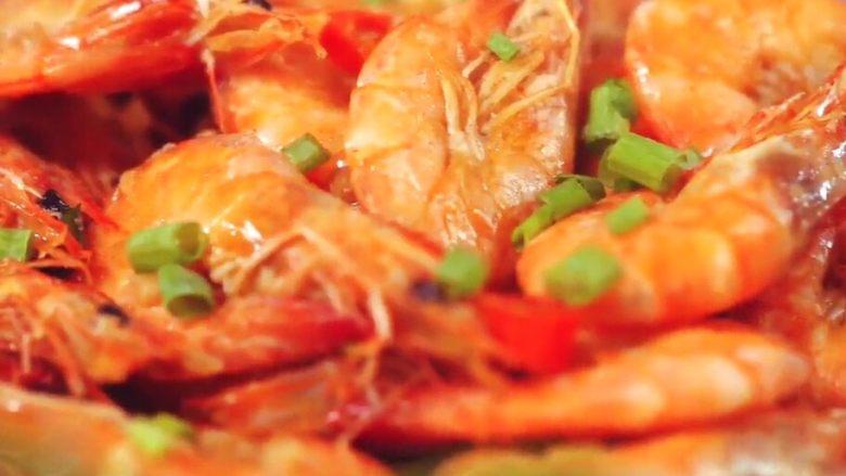 台式啤酒虾,收浓后出锅,撒上葱花,增香提色