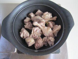 茭白烧鸭腿,锅中放入少许油, 下入焯过的鸭腿肉进去煸炒;