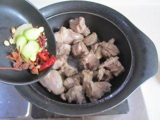 茭白烧鸭腿,煸炒至微微出油且表面发黄时放入大料和姜片进去翻炒;