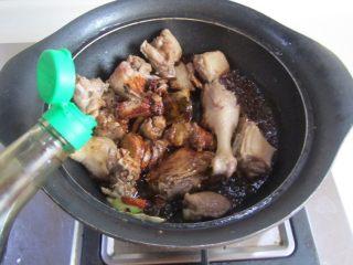 茭白烧鸭腿,翻炒几下后加入适量的酱油进去翻炒上色;