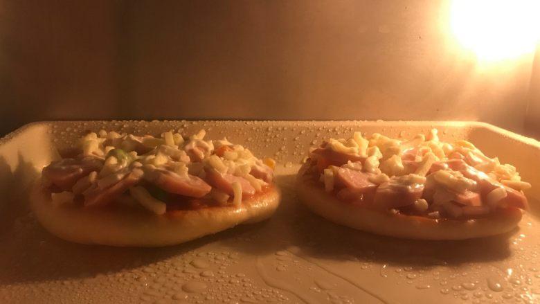 迷你香肠披萨,烤箱预热上火180度下火160度5分钟,放入披萨烘烤9分钟至马苏里拉芝士溶化即可,没有上下火分开设温的可以都选择180度,7分钟左右即可。
