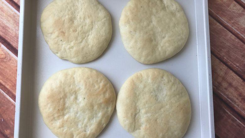 迷你香肠披萨,烤箱预热170度5分钟,中层烤9分钟左右即可。