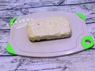 午餐肉,用锡箔纸或可加热的保鲜膜包起来,防止蒸的过程水汽进入,水开后,放入蒸锅,蒸40分钟。