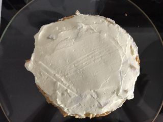 巧克力淋面蛋糕,再抹一层奶油将水果封住,盖上蛋糕片,重复此步骤,再盖上最后一份蛋糕片。夹层就做好了。