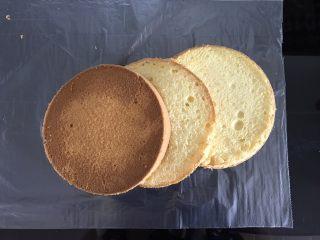 巧克力淋面蛋糕,用分片器辅助,将蛋糕分成三片(忘记拍照,找个以前的图替代一下😜)
