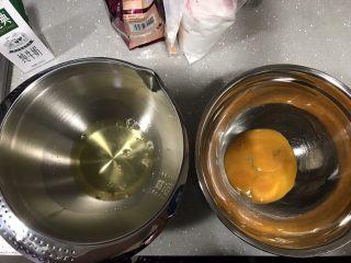 巧克力淋面蛋糕,分离好蛋清和蛋黄。装蛋清的碗要保证无油无水。