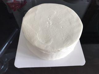 巧克力淋面蛋糕,再倒200克淡奶油加20克糖打发至抹面状态,给蛋糕抹面,抹不好也没关系,反正淋面可以遮挡住😜 淡奶油的抹面状态就是可以刚刚好可以挂在打蛋头上不往下滴落的状态。新手可打的嫩一些,因为抹面的过程中抹刀和淡奶油反复接触也是在打发淡奶油,打嫩了可以补救,打过了就没法补救咯。
