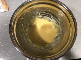 巧克力淋面蛋糕,处理好的蛋黄糊,放一旁备用。 烤箱上下火170度预热(烤戚风160度即可,因为开烤箱门热量会消散,所以预热时温度可设定高一些)
