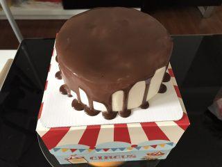 巧克力淋面蛋糕,甘纳许凉至室温,取出冷藏好的蛋糕,直接用锅子从边缘淋起。注意淋的均匀一些,我在边缘淋的过多了,感觉从中间淋起效果会更好。 淋面完成的蛋糕放进冰箱,冷藏至少半小时。
