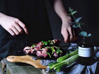 超好吃的烤肉配方 青椒烤羊肉/小羊排,将腌好的羊肉与青椒串上