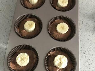 超好吃的香蕉可可麦芬, 模具装入一般的面糊,压实底部,放入香蕉段。