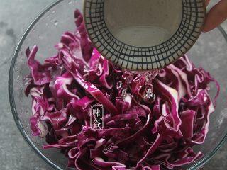 凉拌紫甘蓝,倒入醋;