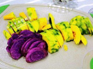 南瓜紫薯布丁, 南瓜、紫薯削皮切片上锅蒸熟,切成薄一点的片,10分钟就能蒸熟。