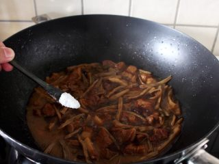 干豆角烧肉,12.这时尝一下,如肉菜都烂了,加盐调味。