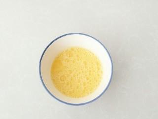 幸福薄脆,蛋液中加入玉米油拌匀。