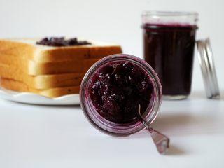 大果粒蓝莓酱,我用蓝莓酱做了双莓蛋糕卷,很好吃,详情见下一个食谱