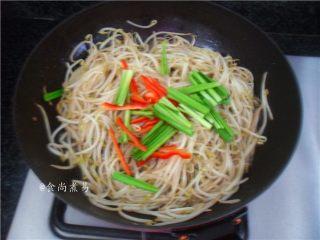 翡翠银芽炒牛肉,加上韭菜梗、辣椒丝翻炒均匀