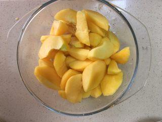 黄桃罐头,切小块