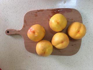 黄桃罐头,用削皮刀去皮