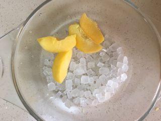 黄桃罐头,冰糖与黄桃放在可煮器皿内