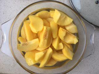 黄桃罐头,加入适量的水