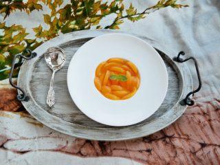 黄桃罐头,放入冰箱后两天内吃完。