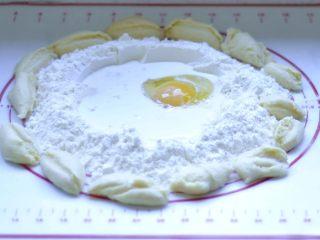 软欧包,1、将面粉、水、中种面团(切成小块)、盐,牛奶混合搅拌揉成面团