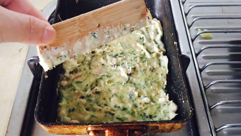 蔬菜肉饼,用小木板,把面粉均匀涂满小锅。焖饭的火,不要很大,容易焦。一分钟左右翻个面。