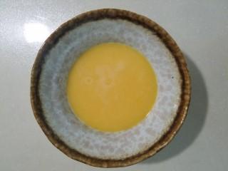 樱花玉子烧,搅好的蛋液过遍筛使其更细腻。