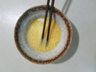 樱花玉子烧,三个鸡蛋加三勺牛奶,一小勺盐和一小勺白糖搅拌均匀。