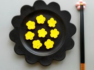 樱花玉子烧,绑好的玉子烧半个小时左右就可以成形,切开后就会看见漂亮的樱花。