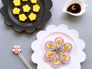 樱花玉子烧,做成樱花形状的玉子烧和樱花寿司更般配