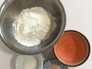 可爱猪猪包, 先用电子秤秤好白面团的量:面粉210克,水110克,糖15克,酵母1.5克!