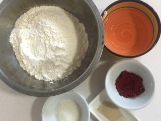可爱猪猪包,称好红面团的量:面粉210克,水100克,糖15克,酵母1.5克,红曲粉4克!