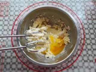 纯真凤梨酥,分2次加入蛋黄打发,彻底融合后加入第二个蛋黄继续打