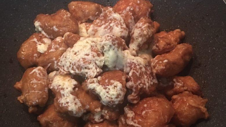 酸甜起司雞,利用雞塊上的溫度起司會慢慢溶掉(起司如果太粗則可進烤箱180度考個5-10分鐘). 擺盤時灑上切碎的巴西里葉即可.