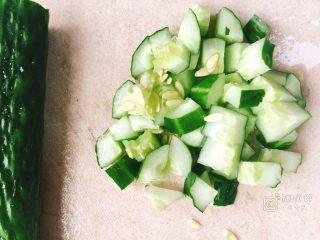 超级下饭的三色鸡丁,黄瓜洗净切丁,一半即可,也可以全切。