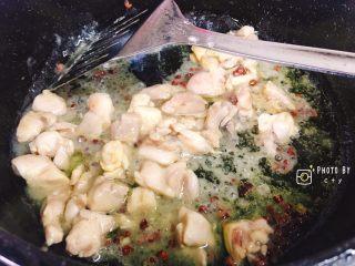 超级下饭的三色鸡丁,倒入腌制好的鸡腿丁和料酒,来回翻炒。