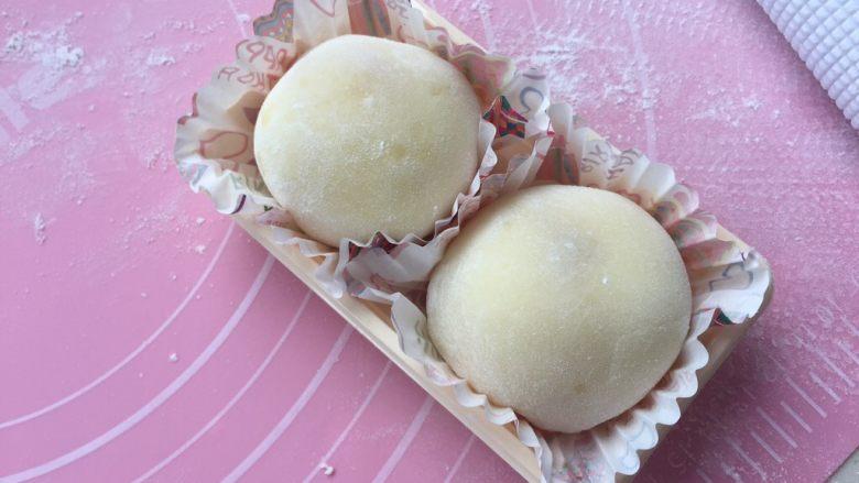 芒果雪媚娘,收圆,放入纸垫。做好后马上盖上盖子,或用其他方法密封。(这样有利于保持软糯)冰箱冷藏后更好吃。(建议两天内吃完)