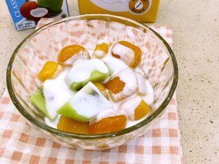 水果芋圆捞,放入准备好的猕猴桃和椰浆。
