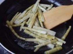 油焖春笋,2.锅置火上油烧热,下入花椒炸香,随即将春笋下锅煸炒片刻。