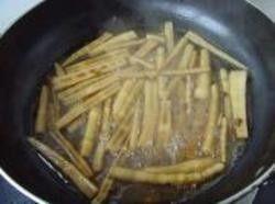 油焖春笋,3.调入生抽、白糖、清水,改用小火焖烧5分钟。