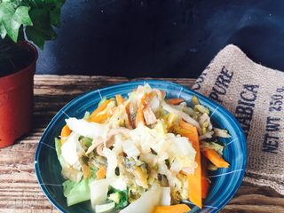 爱心早餐3,炒杂蔬出炉装盘。接下来做其他的。在炒蔬菜的同时,从冰箱拿出昨天做好的荷叶饼,蒸一下,加热。